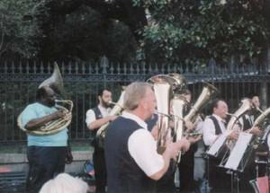 Platzkonzert in New Orleans mit Unterstützung von Tuba-Fat
